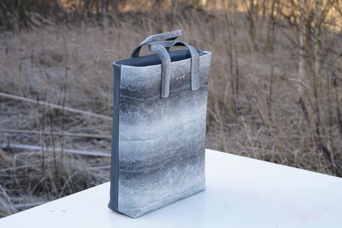 Unsere Tote Bag Miklavatn in naturgrauem Lachsleder