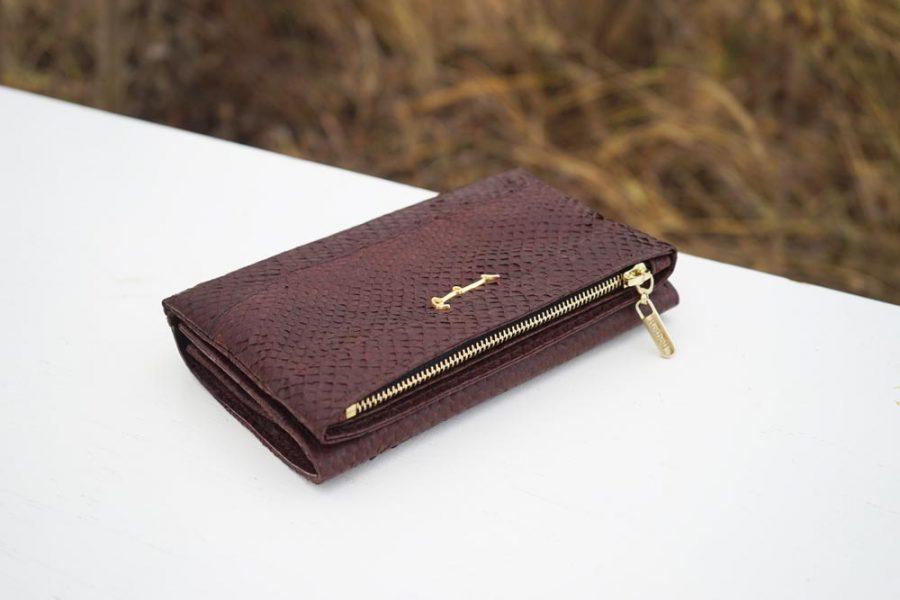 Kleine Handtasche aus nussbraunem Lachsleder
