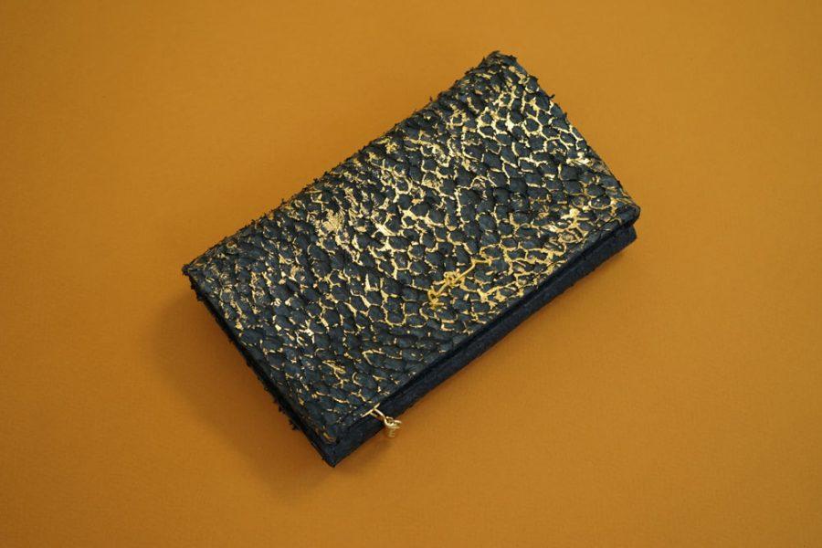 Kleine Handtasche aus dunkelblauem Barschleder mit goldenem Schimmer
