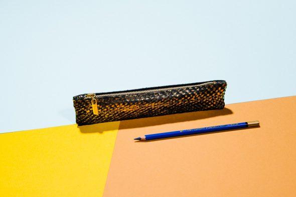 Akrar aus schwarzem Lachsleder mit goldenem Schimmer