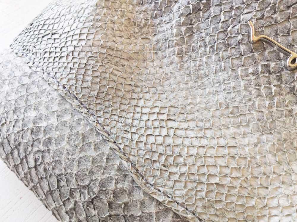 Das naturgraue Lachsleder mit offenen Schuppentaschen
