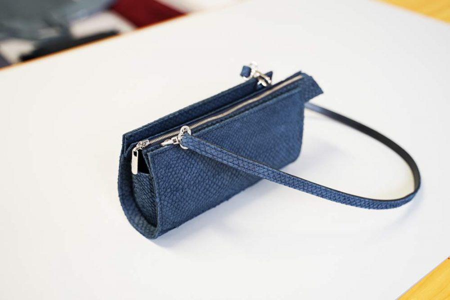Kleine Tasche aus dunkelblauem Lachsleder