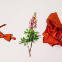 Fliege und Einstecktuch gefertigt aus rotem Lachsleder
