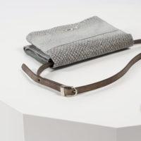 Kleine Handtasche aus naturgrauem Lachsleder
