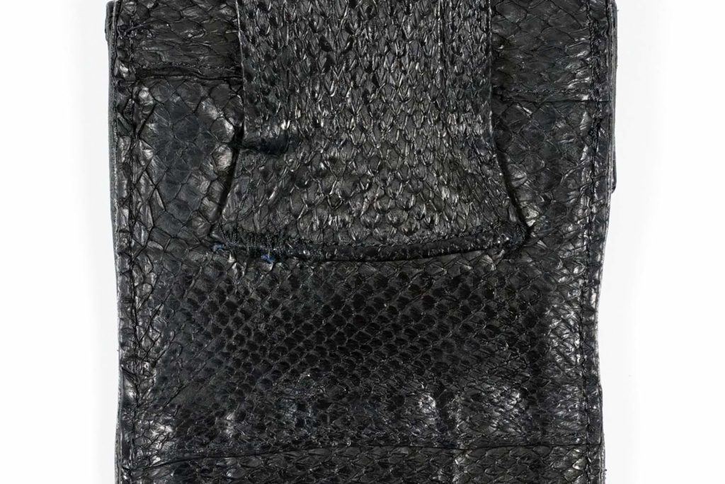 Schwarzes Fischleder Alt Detail